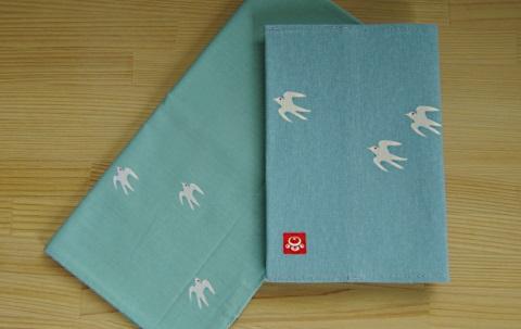 ハンカチ:48cmx48cm、1,404円  ブックカバー:文庫サイズ、1,620円